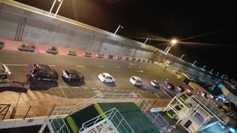 """Hilera de vehículos en transbordo del """"Volcán de Taburiente"""" al catamarán """"Alborán"""""""