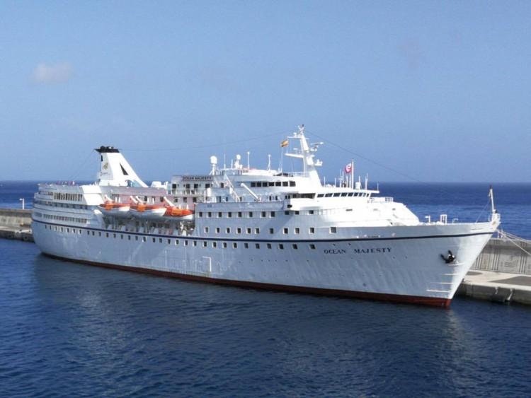 """El buque """"Ocean Majesty"""", atracado en el puerto de San Sebastián de La Gomera"""