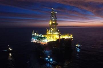 """Al amanecer, la plataforma """"West Leo"""" esperaba la  maniobra frente al puerto de Granadilla"""
