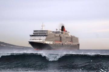 """El buque """"Queen Elizabeth"""", a su llegada esta mañana a La Palma"""