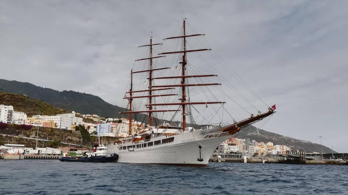 Maniobrando con ayuda de remolcador en el puerto de Santa Cruz de La Palma