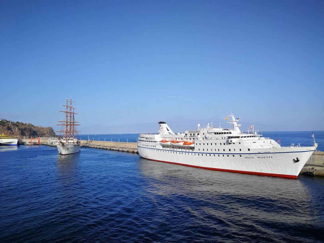 """En el puerto colombino coincidió con el veterano """"Ocean Majesty"""""""