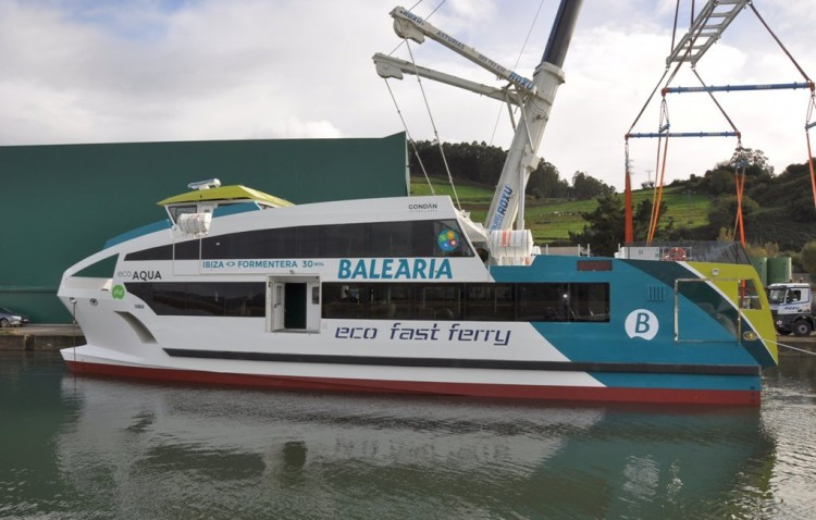 El primero de los cuatro catamaranes ha sido puesto a flote esta mañana