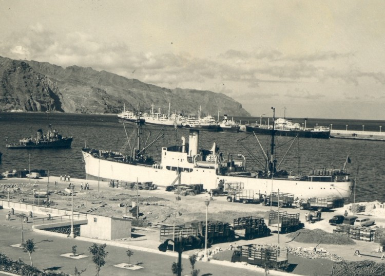 """El vapor """"Tormes"""", atracado en el puerto de Santa Cruz de Tenerife"""