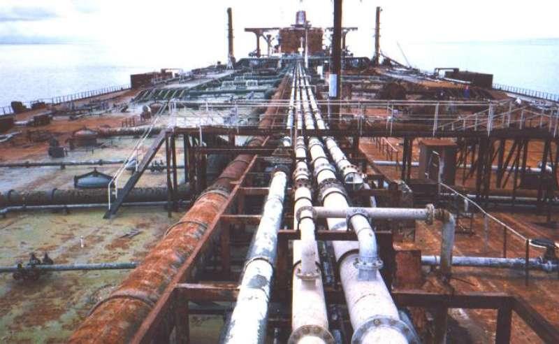 Estado en el que quedó la cubierta del petrolero tras la extinción del fuego