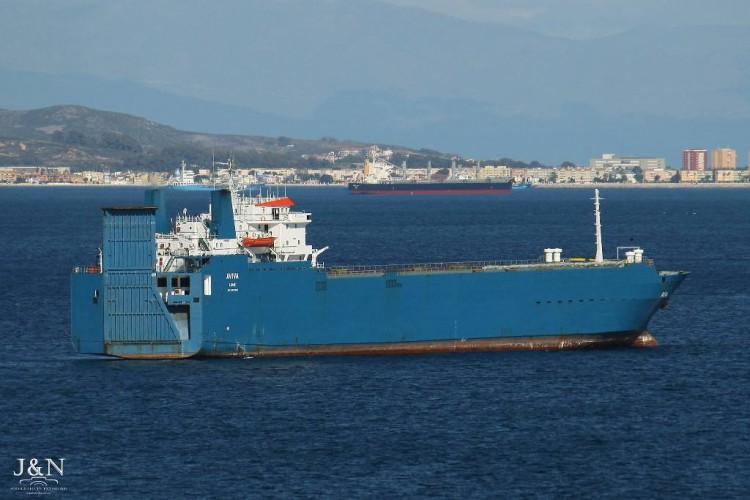 """El buque """"Aviva"""", ex """"Don Fernando"""", fondeado en Algeciras"""