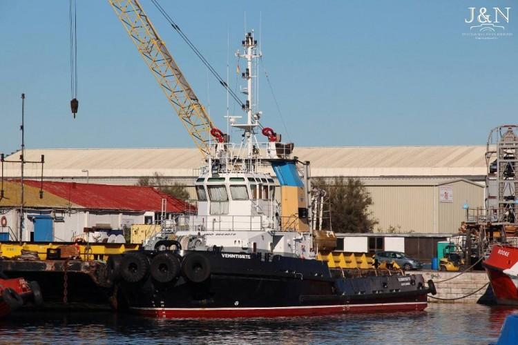 """El remolcador """"Vehintisiete"""", atracado en el puerto de Gibraltar"""