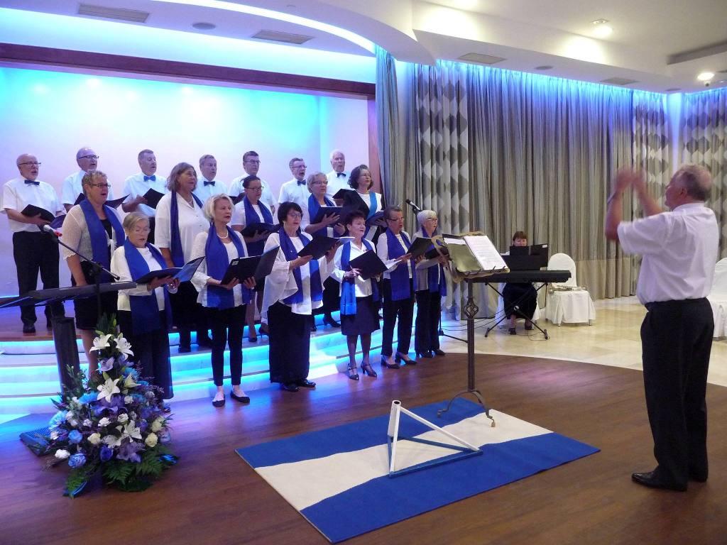 Actuación del coro de Club Finlandia, dirigido por Olli Iivonen