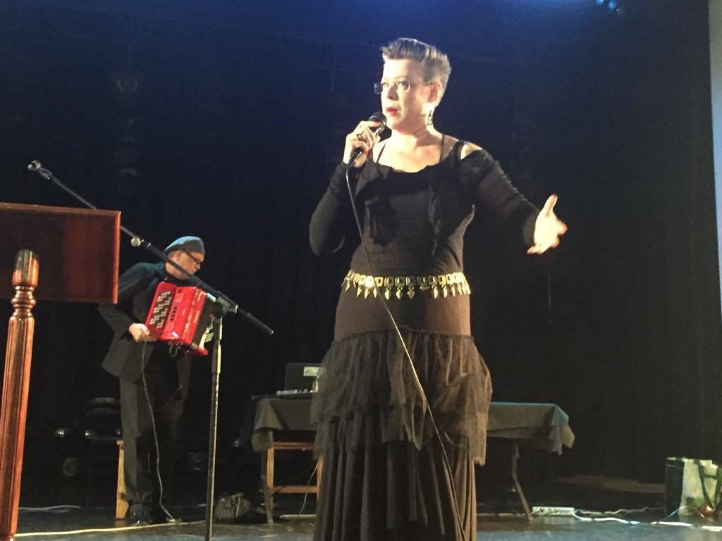 La actriz y cantante Päivi Makinen, en su actuación. Al fondo, el músico Veli Matti Friman