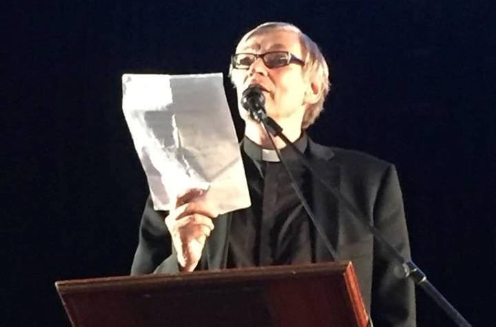 El pastor luterano Jouko Ikola, recita su poema sobre Finlandia