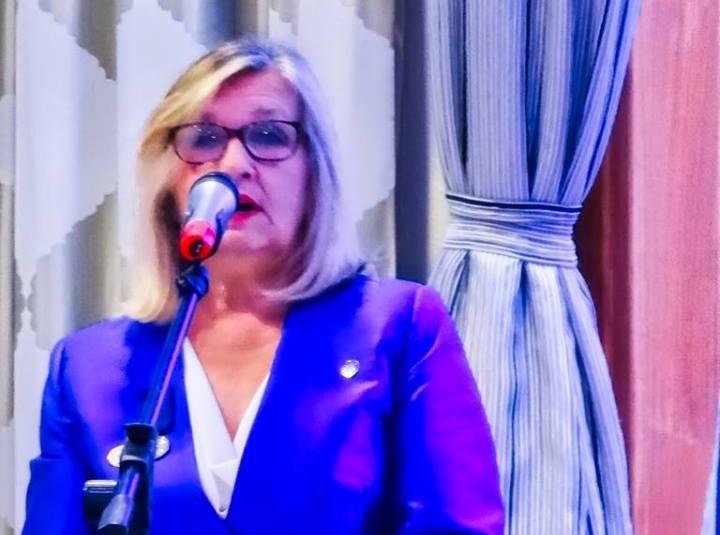 La vicecónsul de Finlandia, Maritta Kettunen, leyó el mensaje del presidente de la República