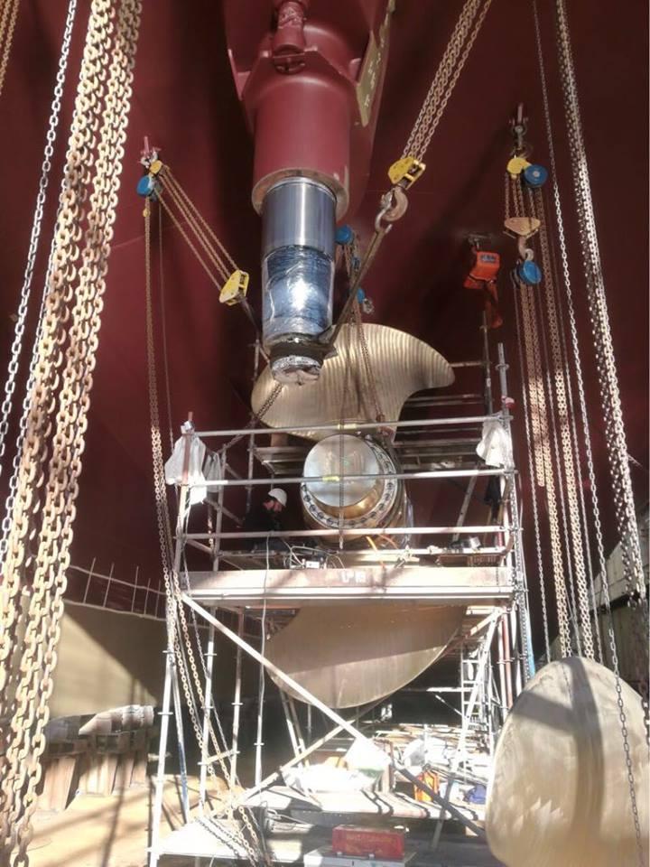 Montaje de una de las hélices del nuevo buque