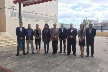 Los nuevos oficiales radioelectrónicos por la Escuela de Tenerife, miembros del tribunal y capitán marítimo