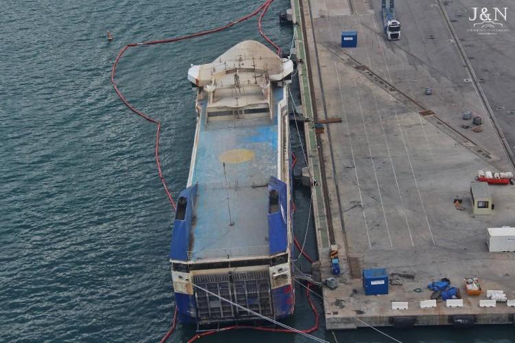 """Vista aérea del buque """"Panagia Parou"""", ya reflotado"""