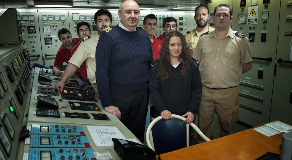 """Oficiales y personal de máquinas del buque """"Las Palmas de Gran Canaria"""" y alumna en prácticas"""