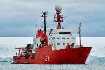 """El BIo """"Hespérides"""", fondeado en aguas de la Antártida"""