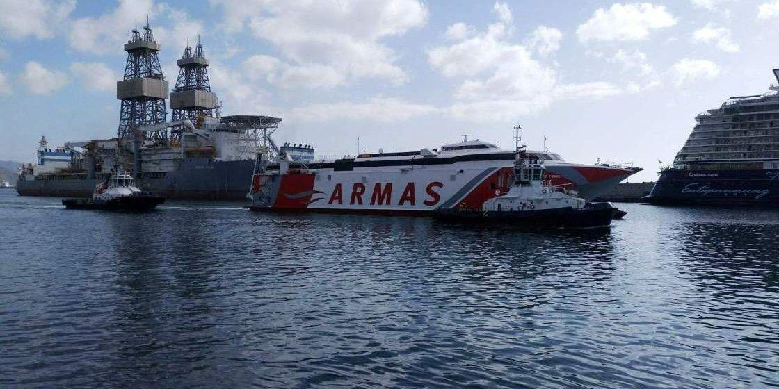 """El catamarán """"Volcán de Teno"""", a su llegada a Tenerife, con la ayuda de dos remolcadores"""