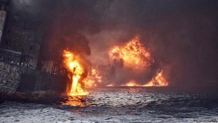 El petrolero estuvo ocho días en llamas hasta que finalmente se hundió