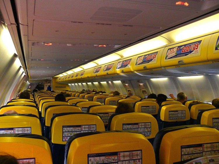 Interior de la cabina de pasaje de los aviones de Ryanair