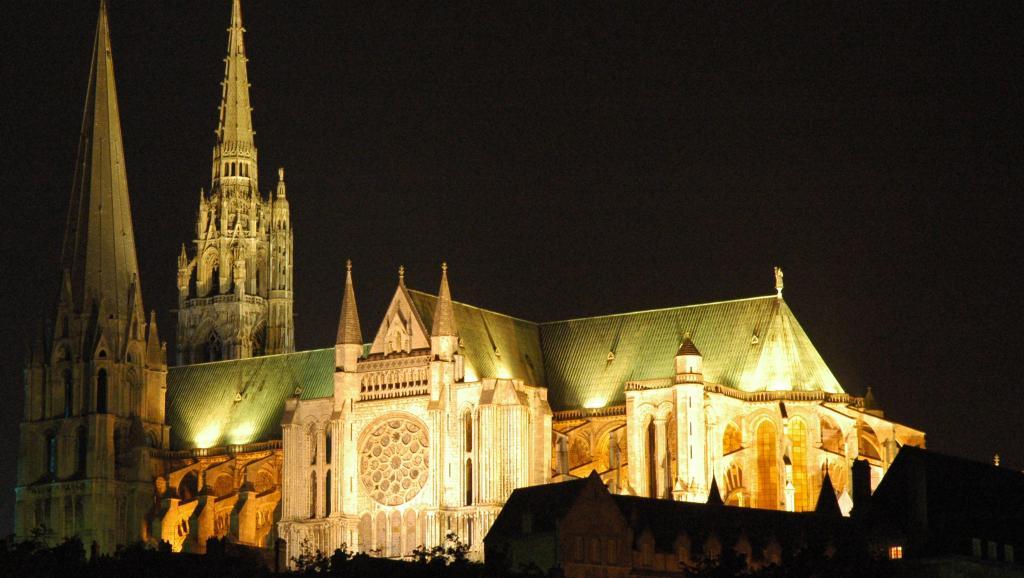 Vista nocturna de la catedral de Chartres