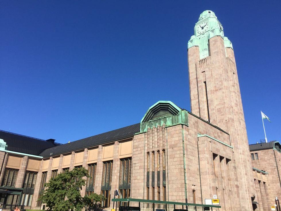 La torre del reloj de la Estación Central es un referente urbano de Helsinki