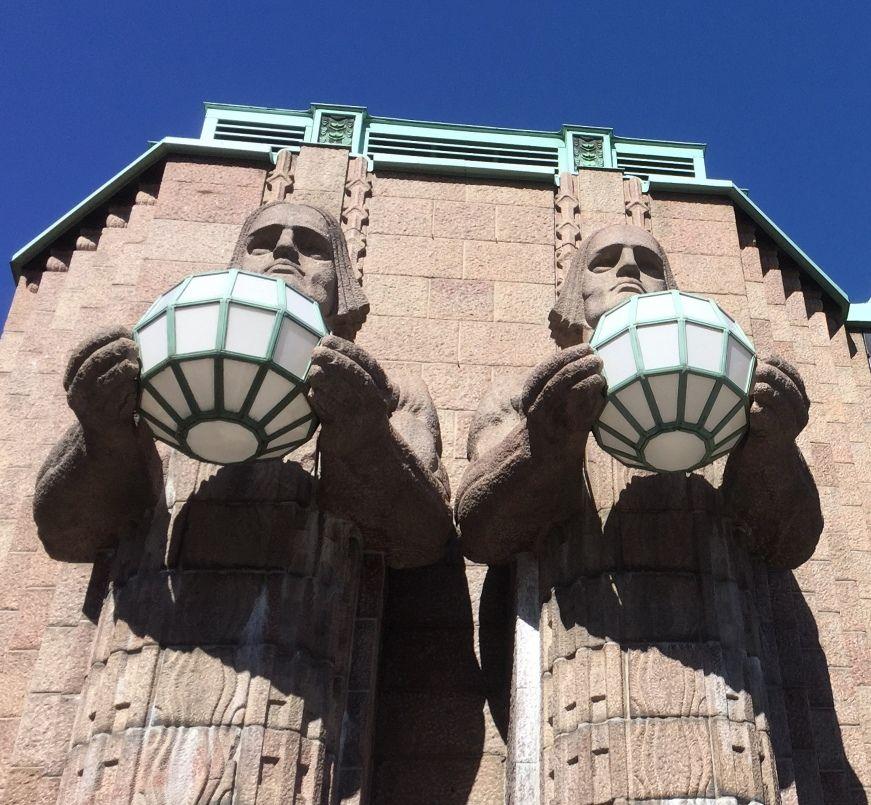 Dos pares de estatuas sostienen sendas lámparas esféricas