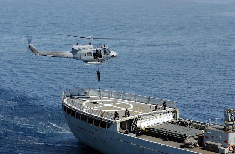 Operaciones con un helicóptero en la cubierta de vuelo