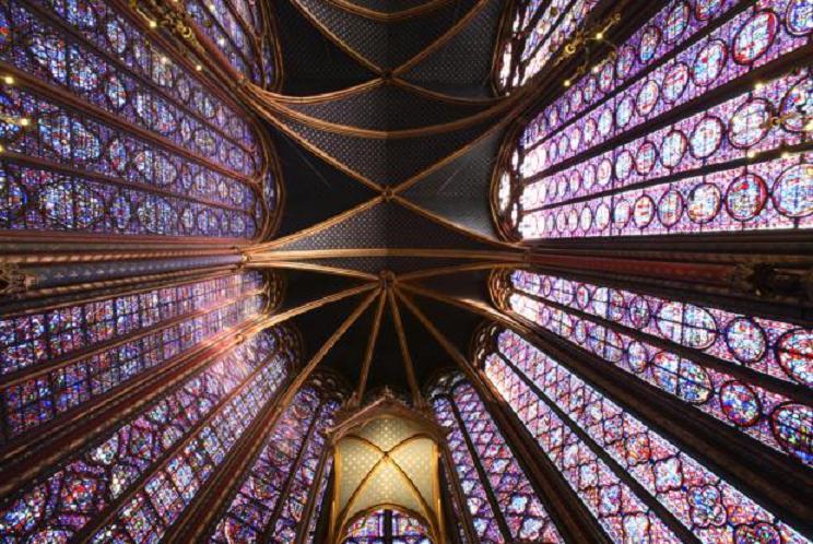 """La sustitución del grueso muro románico por el vidrio en el gótico, dota de una gracia, de una ligereza, de una """"elevación espiritual"""""""