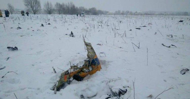 Restos del fuselaje del avión An-148 accidentado hoy en las afueras de Moscú