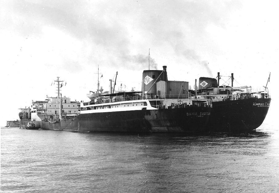 """El petrolero-pontón """"Bahía Gaditana"""" y, abarloado, el petrolero """"Almirante F. Moreno"""""""