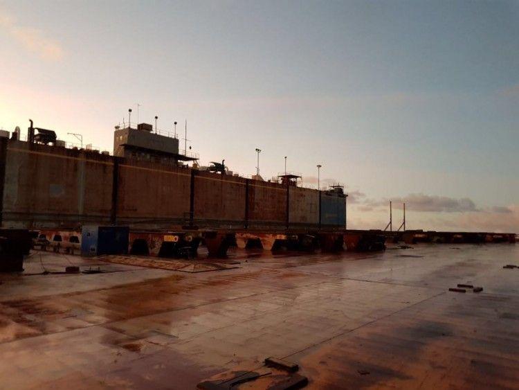 Medio dique se encuentra amarrado en el puerto de Granadilla