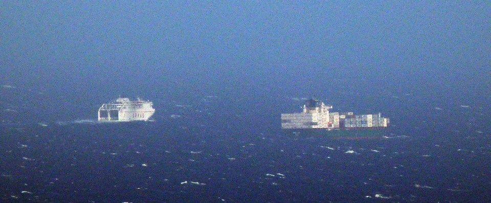 """El buque portacontenedores """"Mona Lisa"""" y uno de los """"volcanes"""" de Armas"""