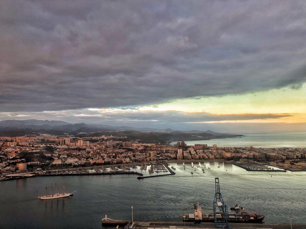 Maniobra del buque enfilando su atraque en el muelle del Arsenal Militar de Las Palmas de Gran Canaria