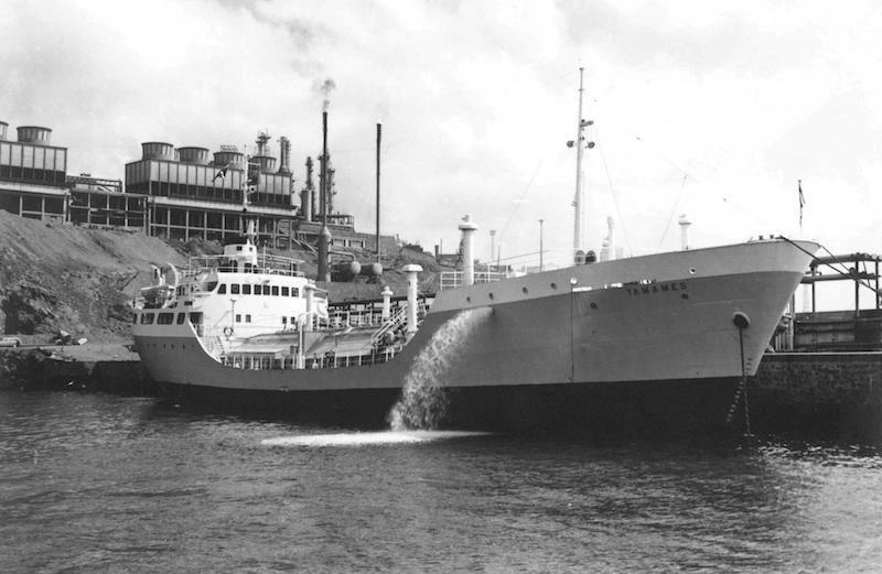 """l butanero """"Tamames"""" -gemelo del """"Isla de Marnay""""-, del que José de Barrasa Sánchez fue su primer capitán"""