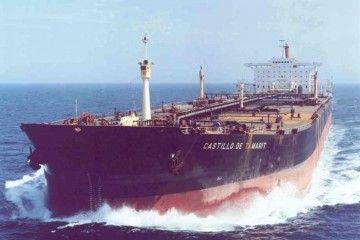"""El petrolero """"Castillo de Tamarit"""", visto por la amura de babor"""