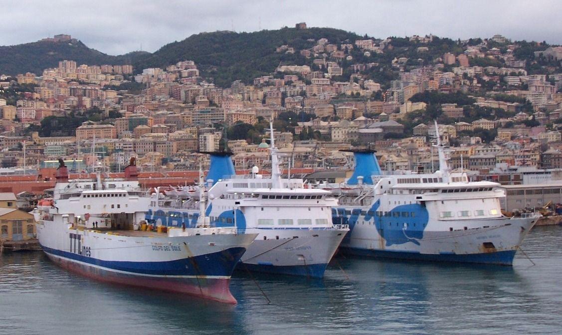 """Los buques """"Moby Fantasy"""" (ex """"Manuel Soto"""" y """"Moby Magic"""" (ex """"J.J. Sister""""), abarloados en el puerto de Génova (noviembre de 2005)"""