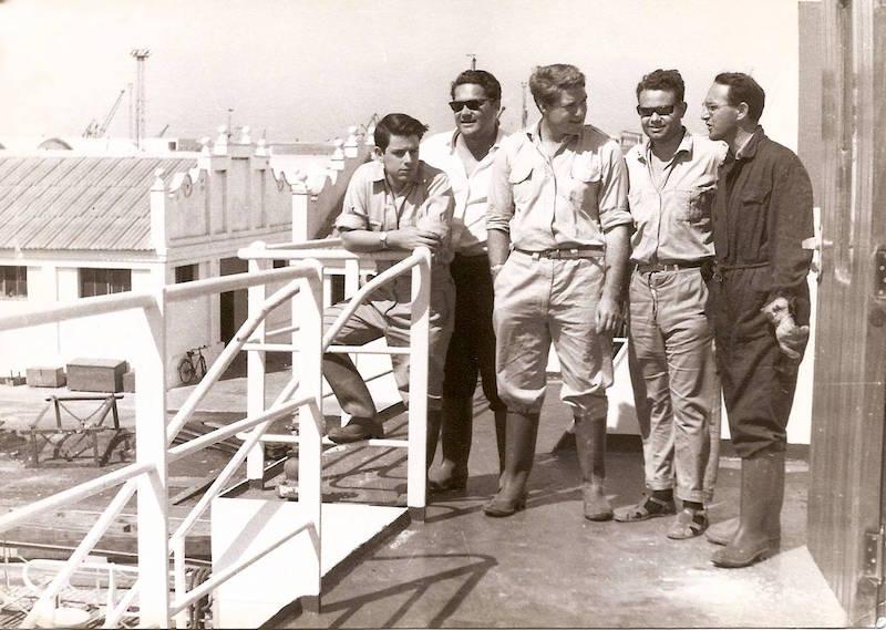 """Con varios oficiales a bordo del petrolero """"San Marcial"""", en Cádiz"""