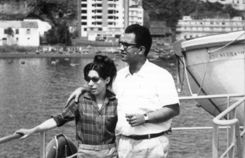 """Antonio y Enriqueta, recién casados, a bordo del buque """"Torres de Serranos"""" en el puerto de Santa Cruz de La Palma"""