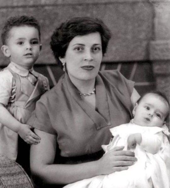Marina Cabrera Acosta, radiante, con sus hijos Carmelo y María en brazos