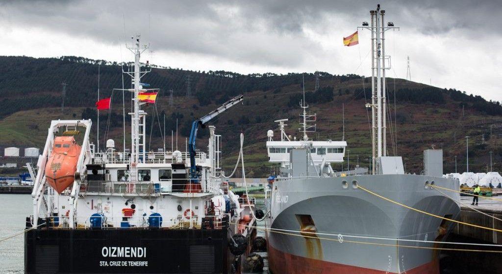 "La gabarra ""Oizmendi"", en la prueba STS realizada en Bilbao"