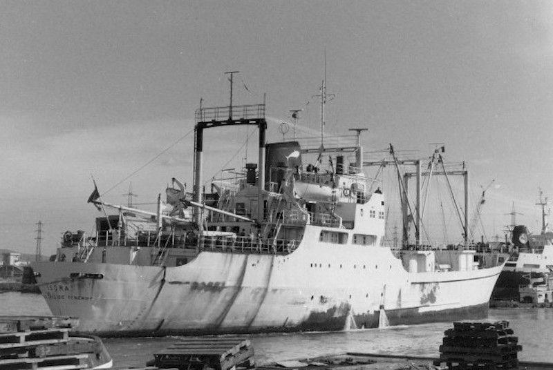"""El buque """"Isora"""" maniobra en el puerto de Livorno"""