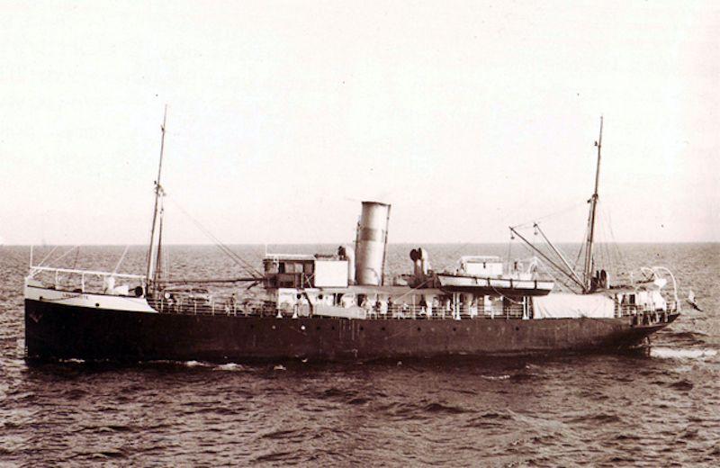 """""""Lanzarote"""", primer barco en el que embarcó como agregado de Náutica"""