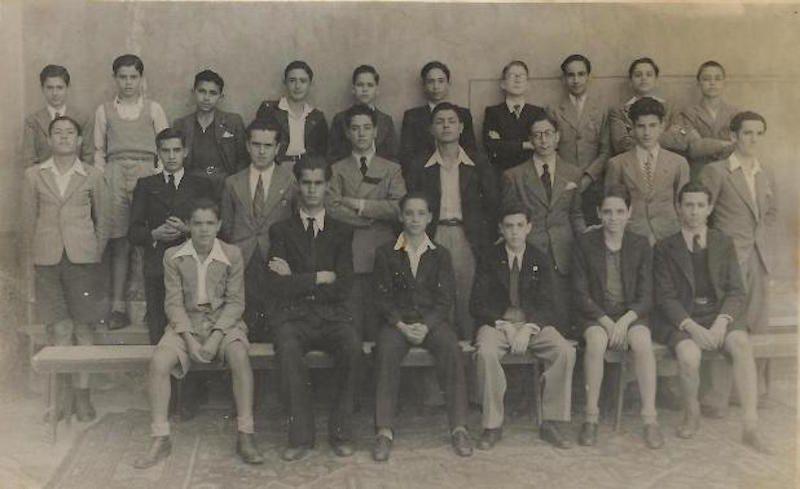 Foto de familia de la promoción del Colegio Claret (1942). Carmelo Juan, sentado, primero por la izquierda