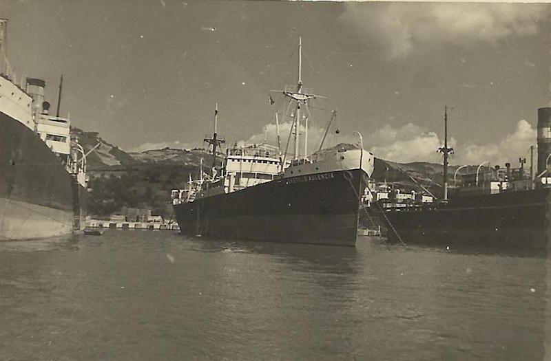 """El buque """"Castillo Aulencia"""", fondeado a barbas de gato"""