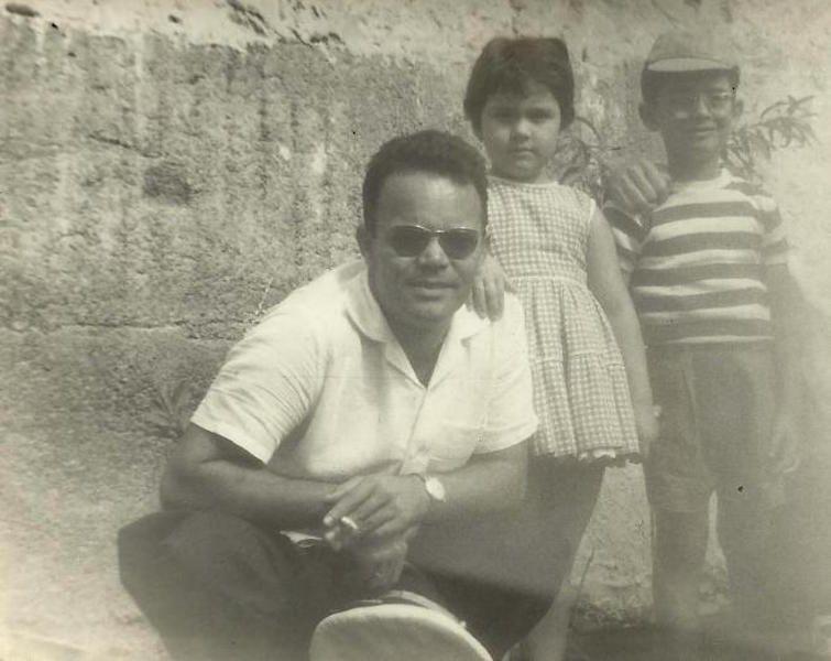 Con sus hijos María y Carmelo, en unas vacaciones en Gran Canaria