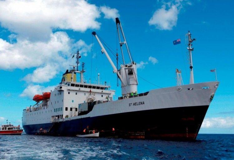 """El buque correo """"St. Helena"""", fondeado en la isla de su nombre"""