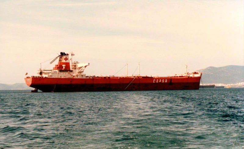 """El petrolero """"Valencia"""", en aguas de Algeciras, del que fue su titular el capitán Antonio Rodríguez Díaz"""