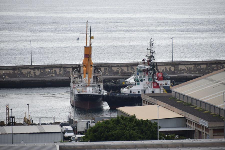 """Los remolcadores, de carnero para atracar al vapor """"La Palma"""""""