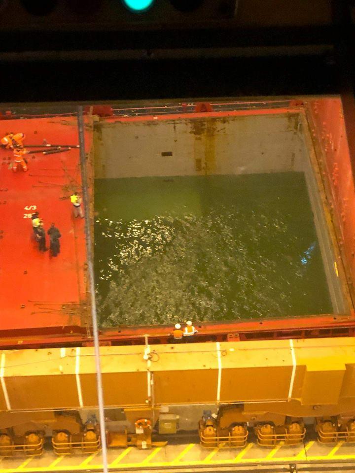 """La bodega inundada del buque """"Spica"""""""