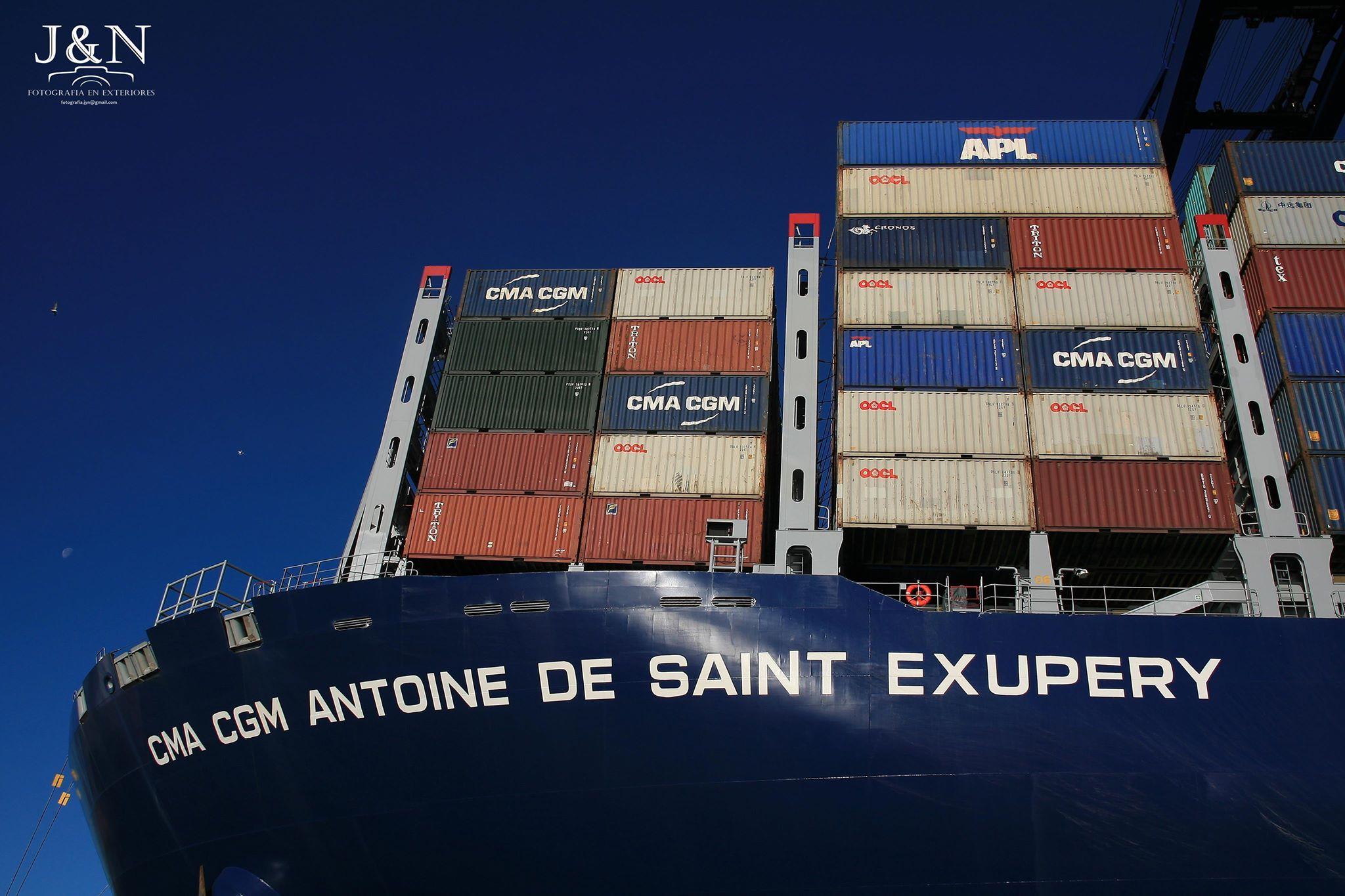 El buque rinde homenaje a la figura del escritor y aviador francés